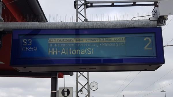 Anzeigetafel am Bahnhof mit Verspätung