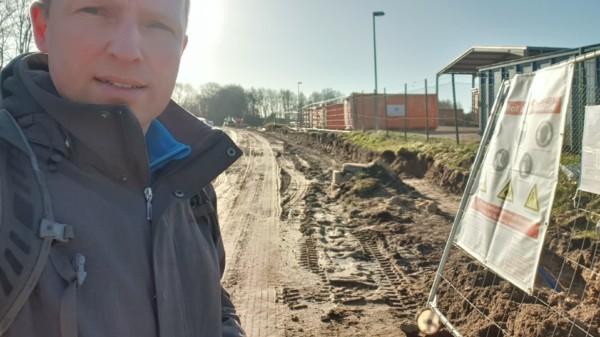 obias Handtke vor der Baustellenzufahrt der neuen Anlage in Ardestorf